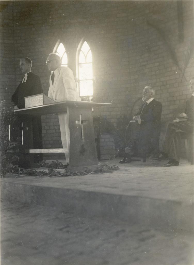 Dédicace de l'église de Limulunga : Discours du commissaire de province Gordon-Read, avec les missionnaires Jean-Paul Burger, Adolphe Jalla et S. Seguin