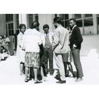 Des éducateurs discutant pendant une interruption de séance