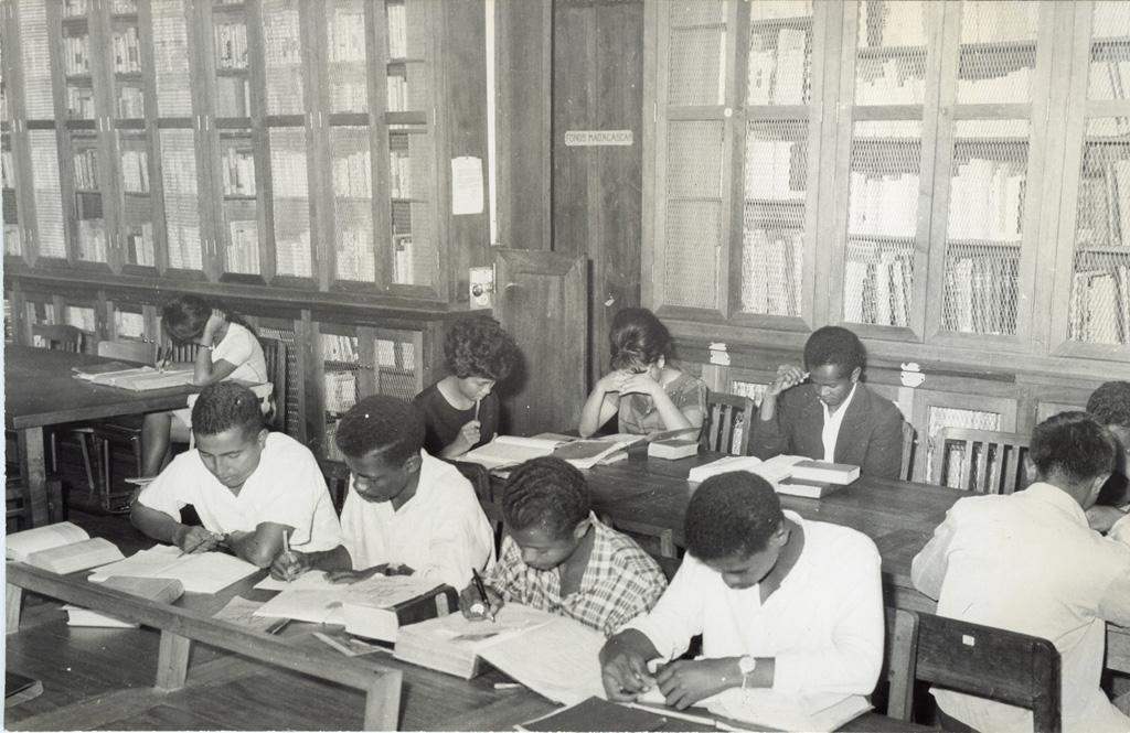 Des étudiants malgaches travaillant à la bibliothèque de la nouvelle université
