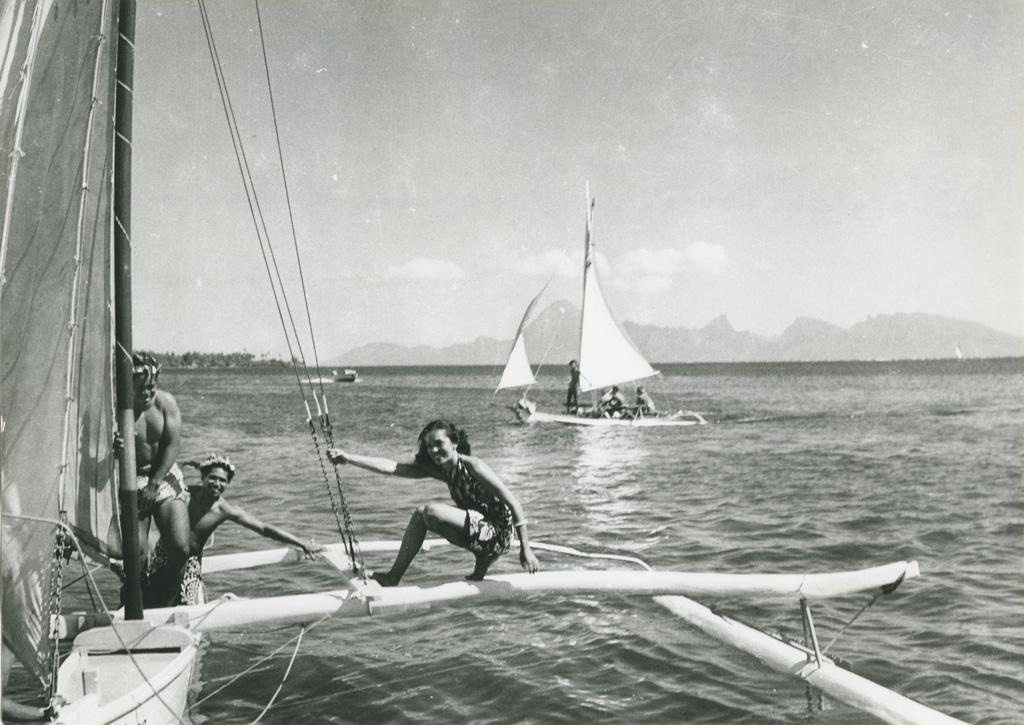 Des pirogues à balancier dans la baie de Moorea