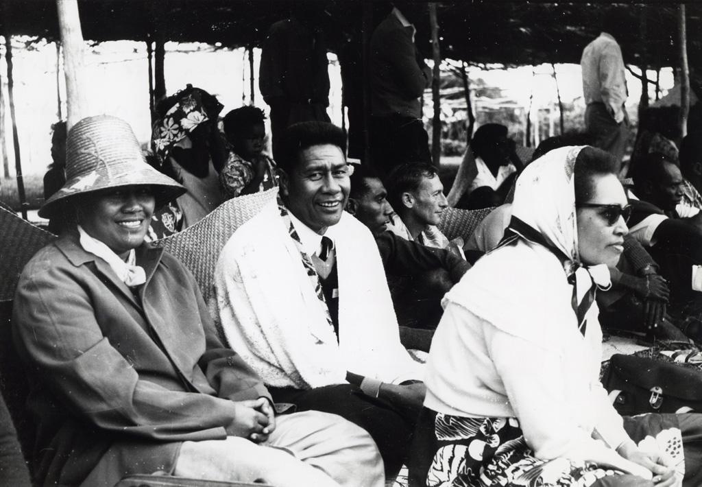 Des spectateurs, dans le vent froid, lors de l'Assemblée des Églises du Pacifique à Chépénéhé