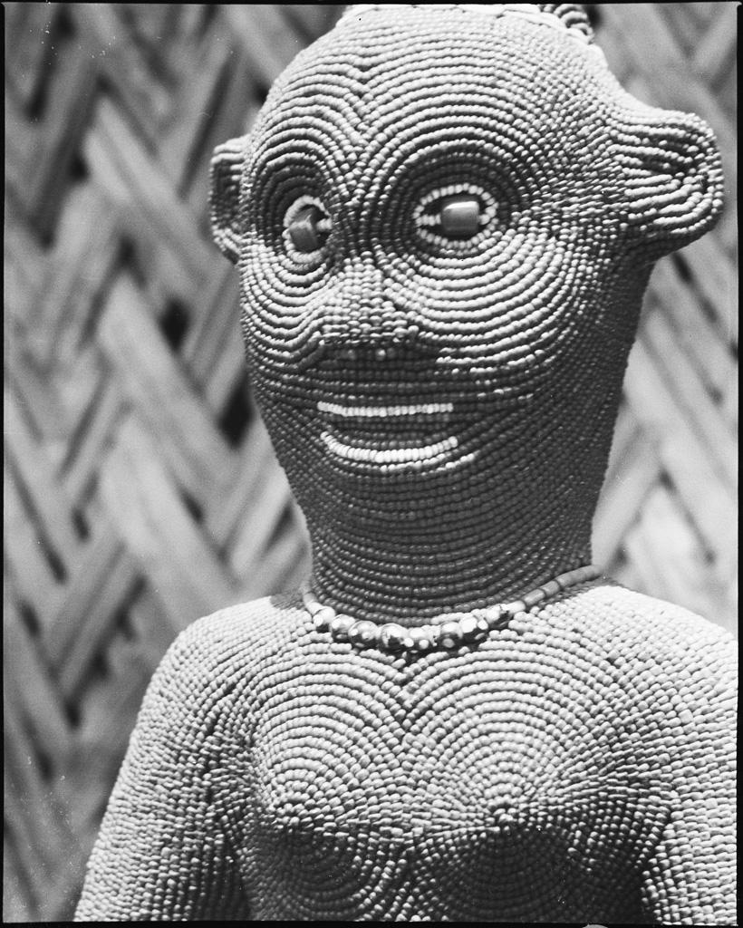 Détail de figure de femme, statue en bois recouverte de perles