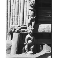 Détail de porte, figures, à Baschingou