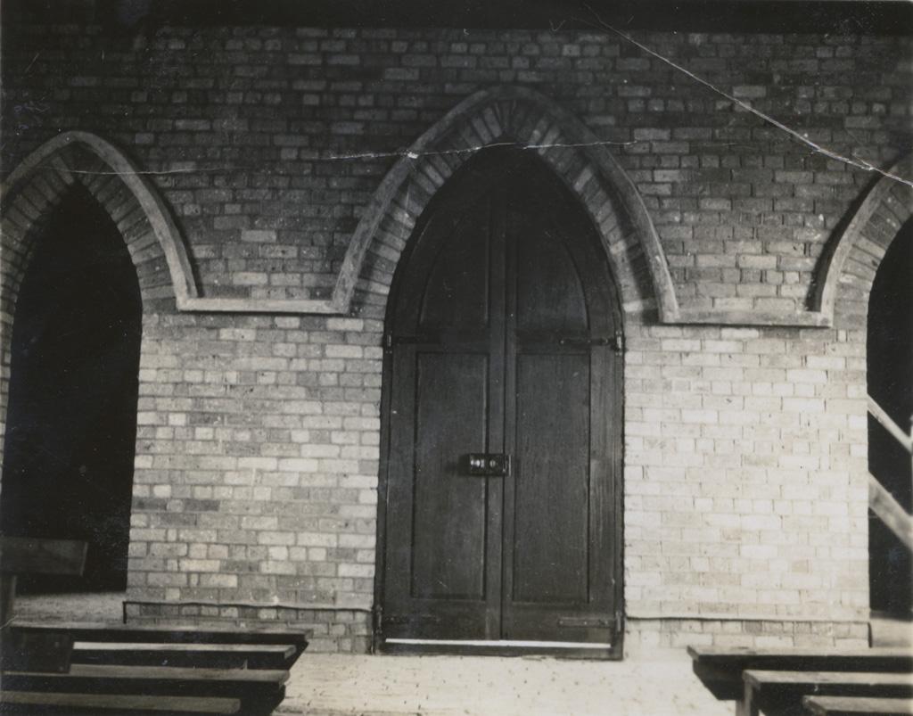 Détail du temple de Limulunga : la porte principale vue de l'intérieur
