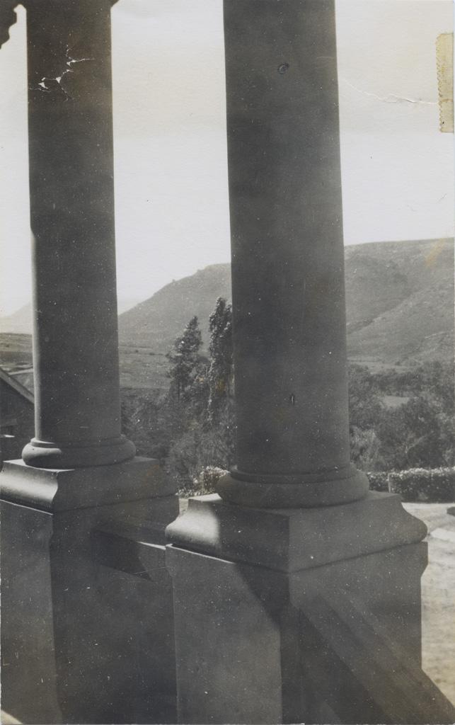 Deux des trois piliers à l'entrée du Boegner Hall à Leloaleng