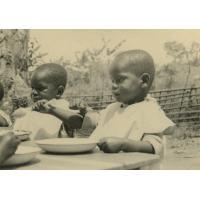 Deux enfants à table