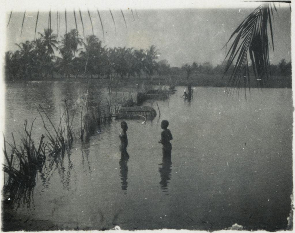 [Deux enfants dans une rivière]