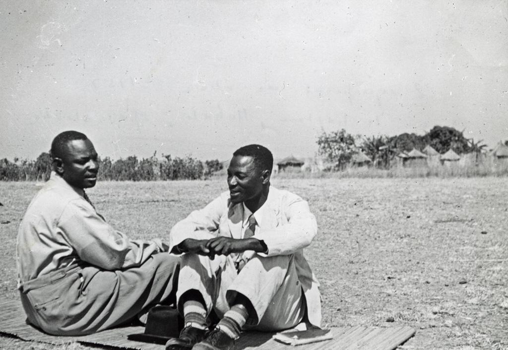 Deux évangélistes indigènes : Arone Baswabilé et le pasteur Muhali, spécialiste des jeux
