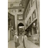 [Deux femmes dans un village suisse]