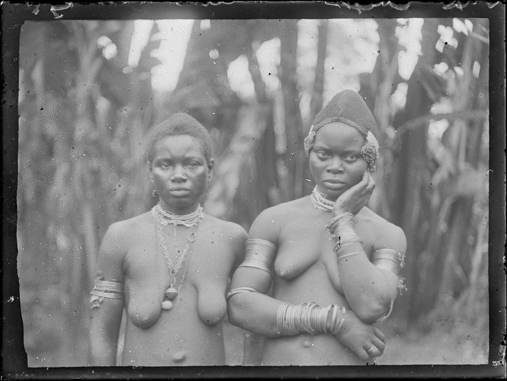 [Deux femmes en buste avec bijoux]