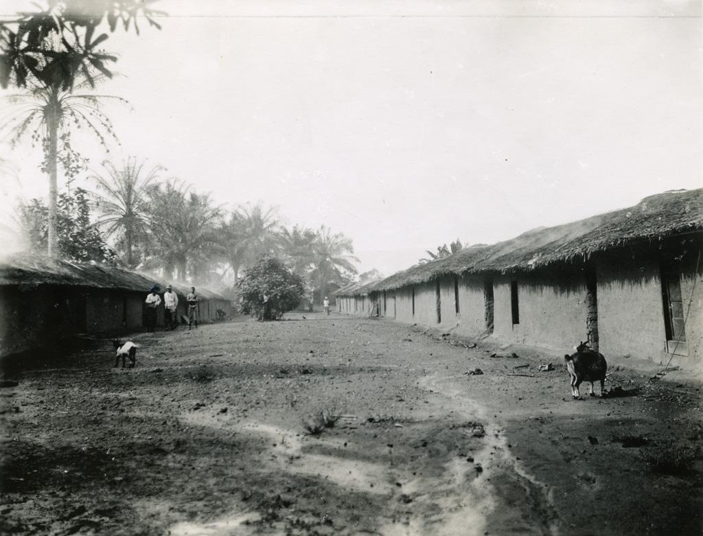 Deux longues rangées de maisons en terre battue