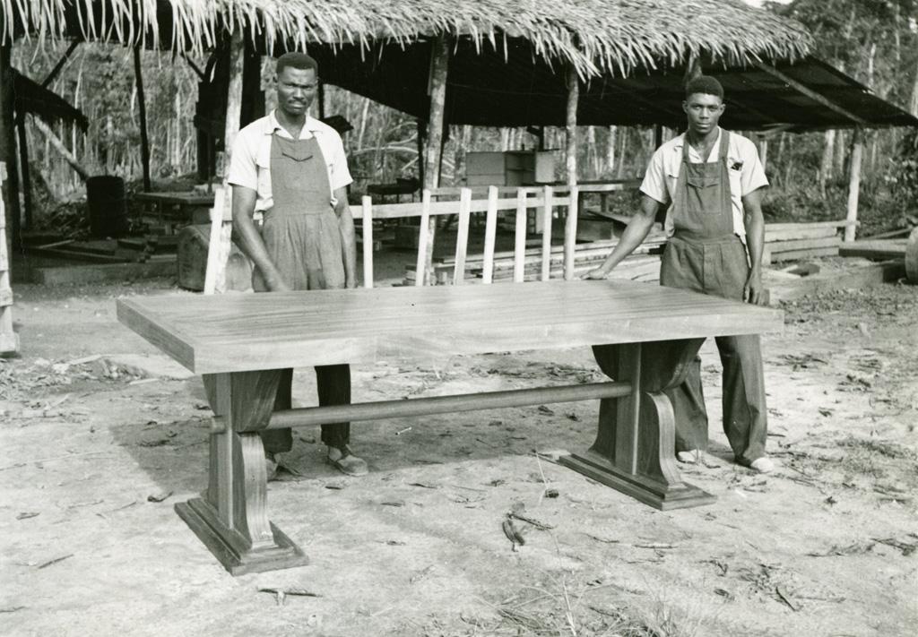 Deux menuisiers fiers de leur oeuvre
