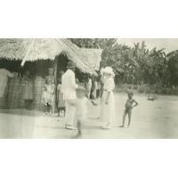 Devant la chapelle des Esitwas (Cebanga)