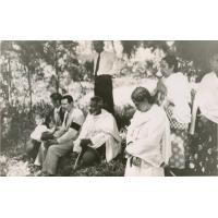 Devant la tombe de tante Suzanne Bonhotal, Razafindramonta