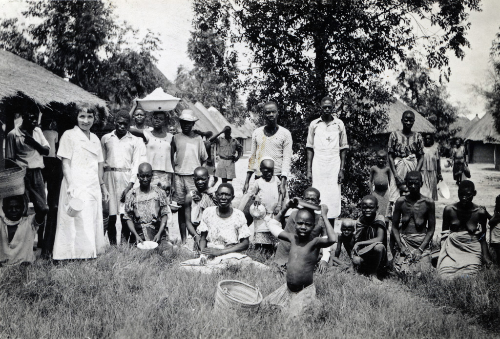 Distribution de nourriture aux malades hospitalisés, à gauche la missionnaire mademoiselle Lanz