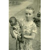 Doctoresse Violette Brunet avec un bébé de la pouponnière d'Ebeigne