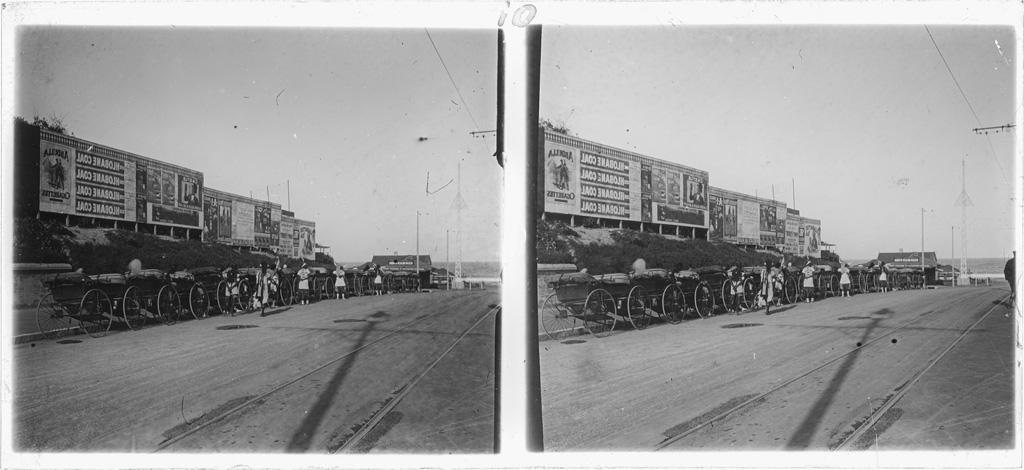 Durban : rangée de tricycles (rikchaw) le long d'une route ; Affiches publicitaires à l'arrière-plan