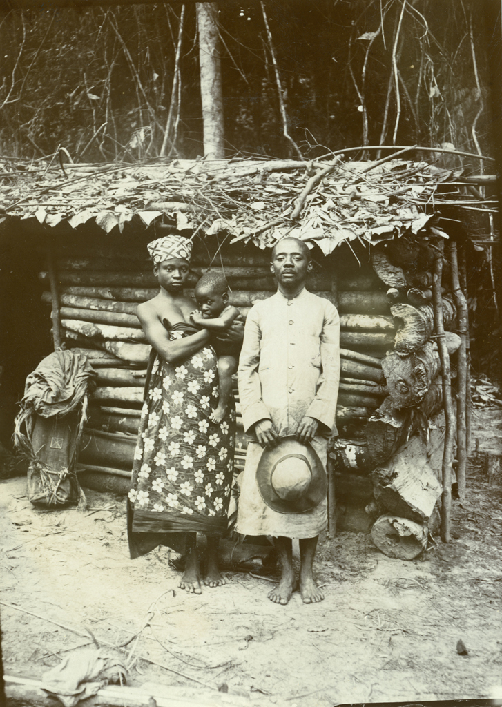 Eben Avo, sa femme Etonghe et sa fille Mba Fwé, à Ntan Enyin