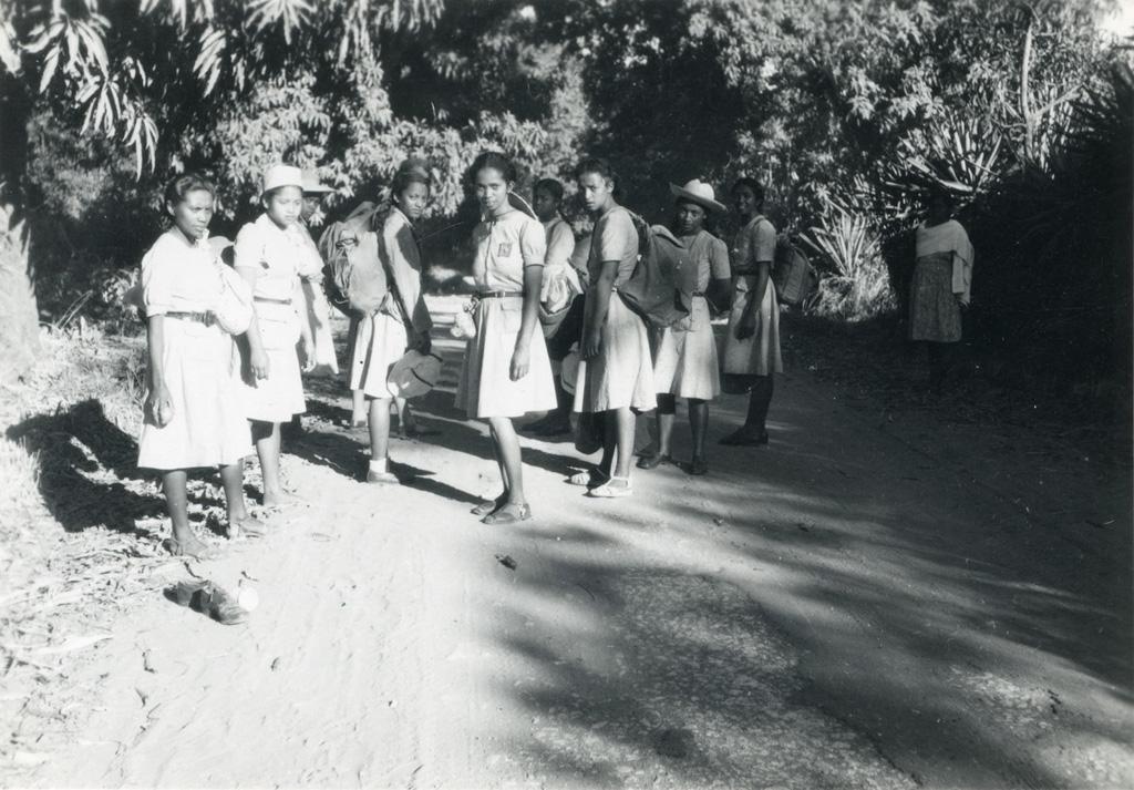 Eclaireuses ainées et unionistes, camp d'évangélisation dans le Boina, camp-volant, sur la route