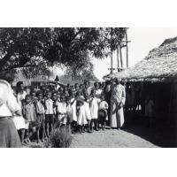 Eclaireuses ainées et unionistes, camp d'évangélisation, visite d'une école