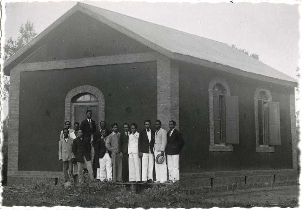 Ecole biblique, salle de classe et élèves