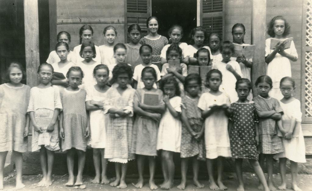 Ecole des filles de Papeete. Portrait de la quatrième classe avec son institutrice