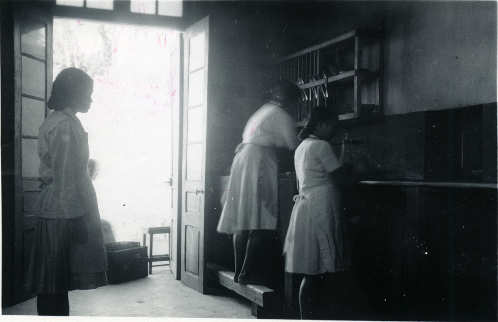 Ecole ménagère, corvée de vaisselle