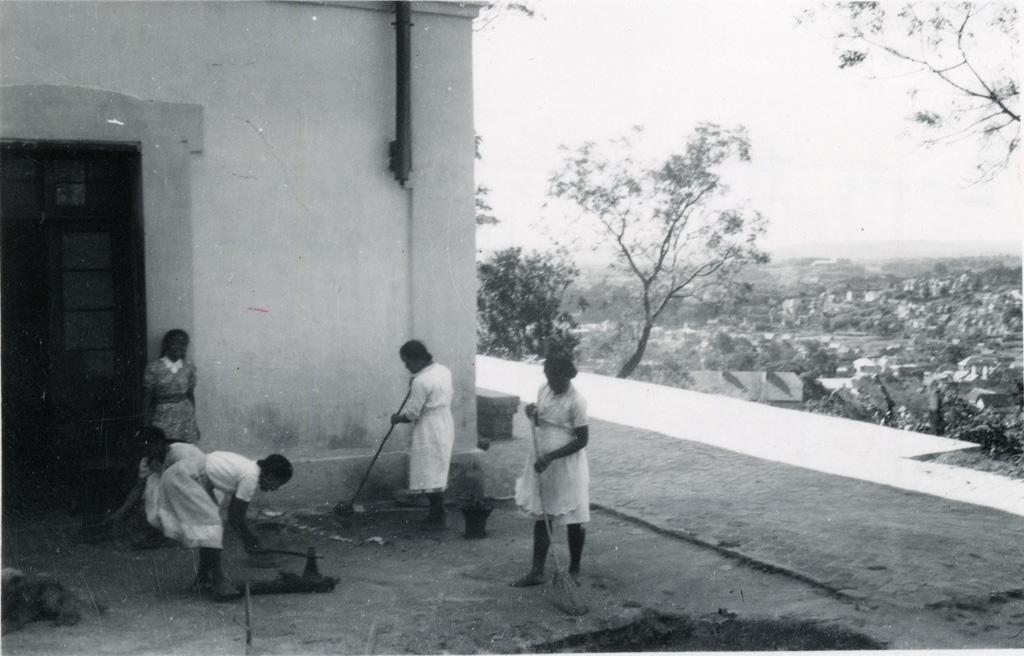 Ecole ménagère, on nettoie le jardin
