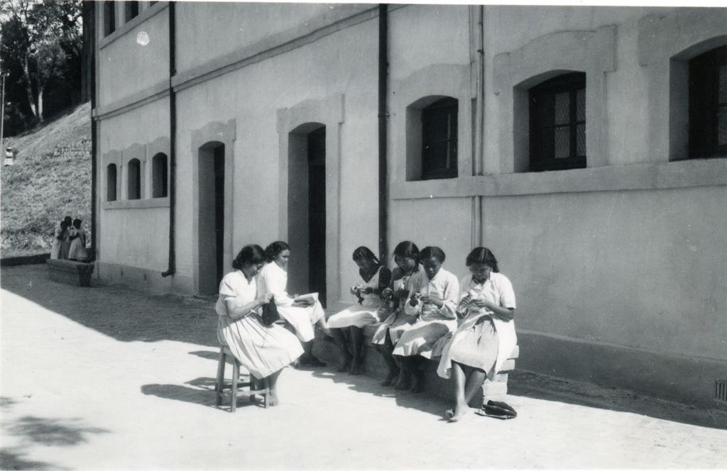 Ecole ménagère, on tricote