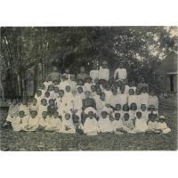 Ecole primaire mixte malgache de la mission protestante française, avec M. Escande