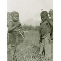 Ecolier et écolière du village de Ntolo