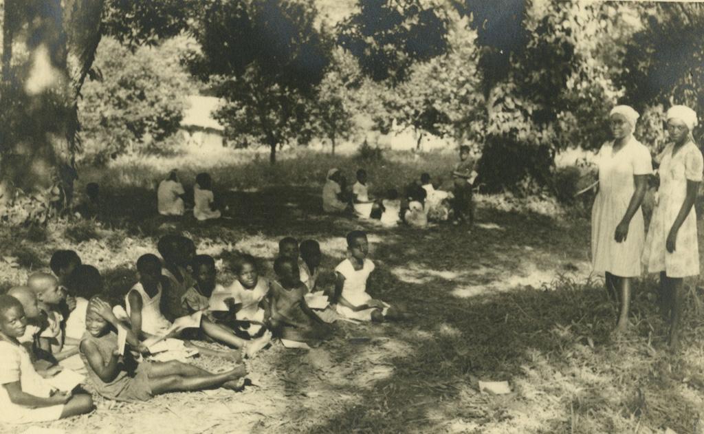 Ecolières lisant en plein air