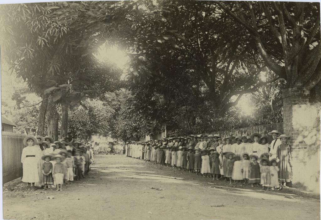 Elèves à la sortie de l'Ecole Missionnaire à Papeete
