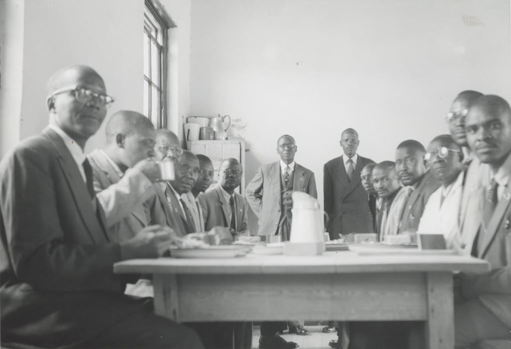 Elèves d'un école biblique du Lessouto au réfectoire / Olivier Dubuis (1962-02)