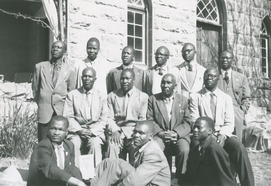 Elèves d'une école biblique au Lessouto, devant la maison du directeur / Olivier Dubuis (1961-09)