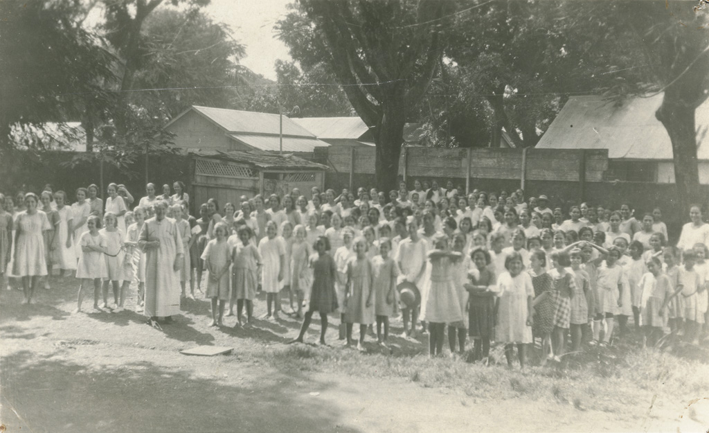 Elèves de l'école des filles de Papeete dans la cour, prêtes à rentrer dans leur classes respectives