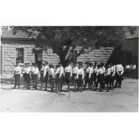 Elèves de l'école normale de filles de Morija, un dimanche matin, prêtes à partir pour le culte