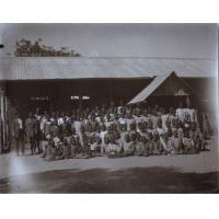 Elèves et instituteurs devant leur école, Lealui