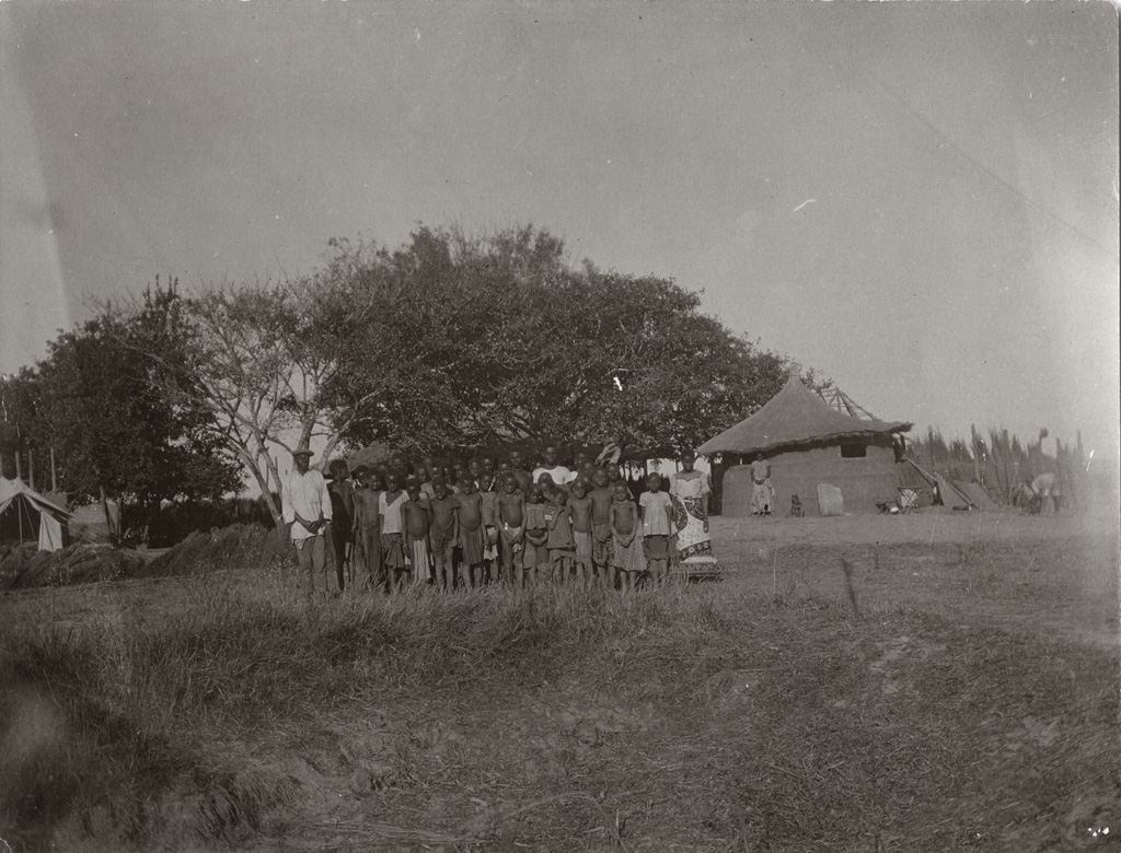 Elèves et leur instituteur de l'école, annexe de Mafulo