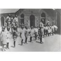 Elèves et scouts devant l'Ecole Normale de Morija