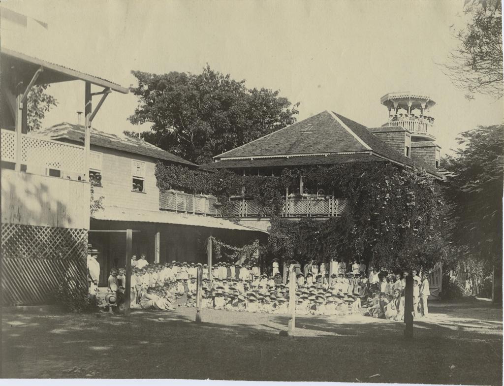 Elèves posant devant le bâtiment de l'école des filles de Papeete