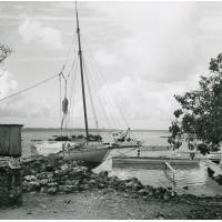 Embarcations amarrées à une île