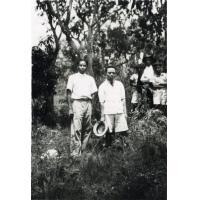 En promenade, M. Rasoanaiva, M. Rafama'Anbriazafy, professeurs à l'école
