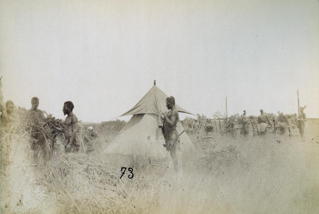 En route pour Lealuyi, se préparant à camper le 31 décembre 1884