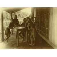 Enfants autour d'un livre d'images