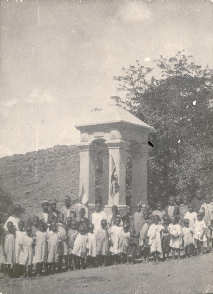 Enfants de l'école du dimanche de Melle Miriam Cochet devant le clocher de Leloaleng