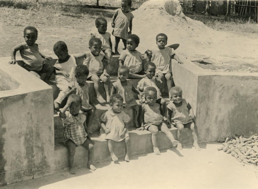 Enfants de la pouponnière de Bangangté, sur les marches d'un escalier