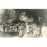Enfants jouant dans la cour d'une école maternelle