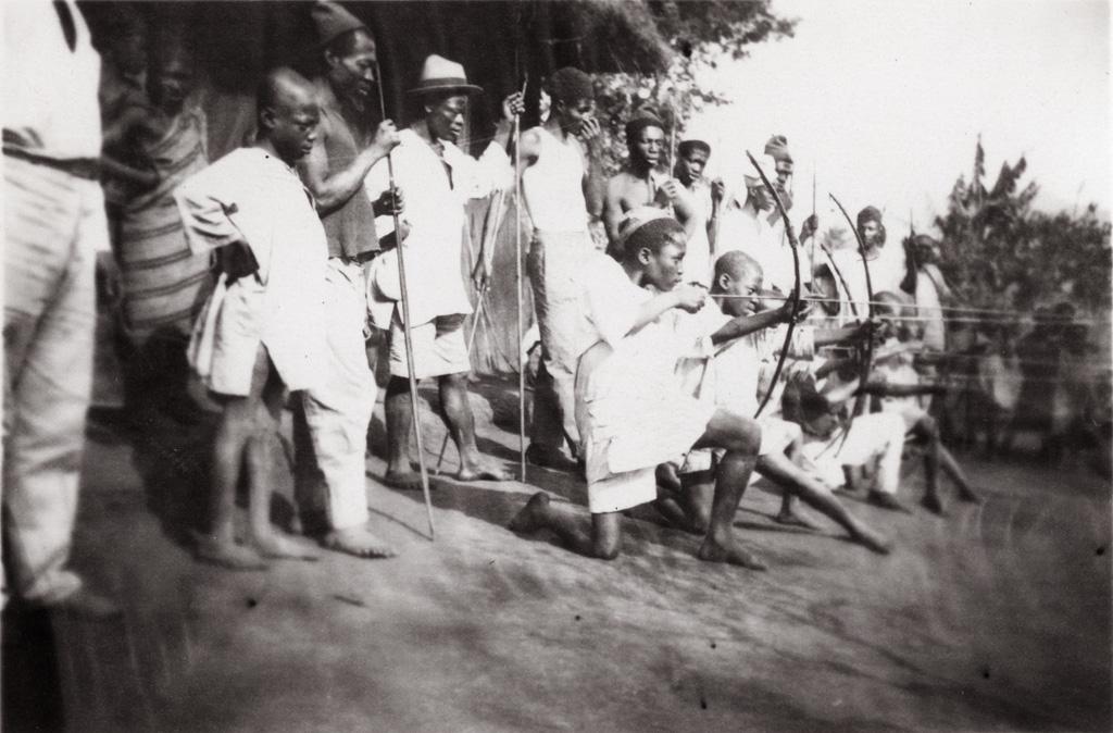 Enfants tirant à l'arc