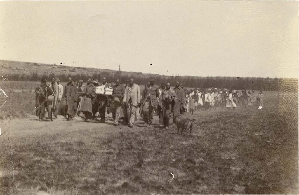 Enterrement à Mafube : le cortège funèbre sur le chemin du cimetière